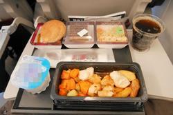 Vì sao đồ ăn trên máy bay thường có mùi vị khác lạ?