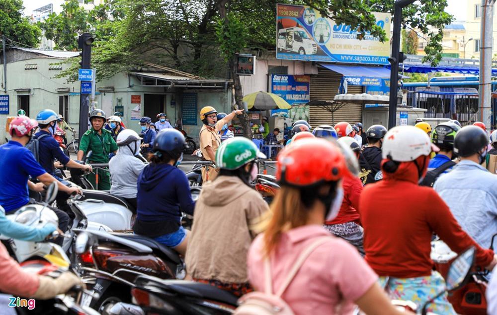 Giao thông Hà Nội, TP.HCM trở lại cảnh rối loạn kể từ đầu mùa dịch-19