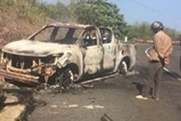 Thi thể biến dạng trong ôtô bị cháy rụi bên đường-1