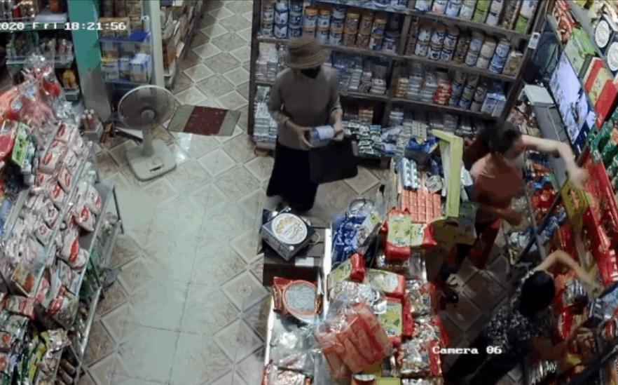 CLIP: Đi ô tô đến trộm 2 hộp sữa bột tiền triệu, 2 mẹ con đạo chích diễn xuất bất ngờ-1