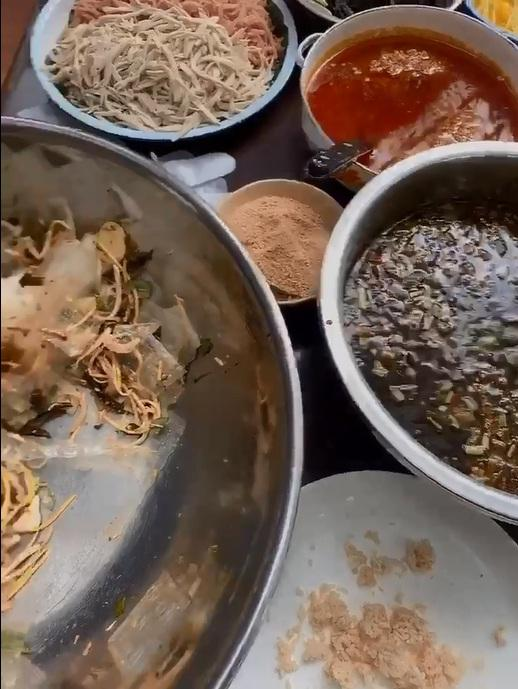 Bị tố món ăn vừa đắt vừa dở, quy trình trộn bánh tráng 250k/suất của Lý Quí Khánh có gì đặc sắc?-4