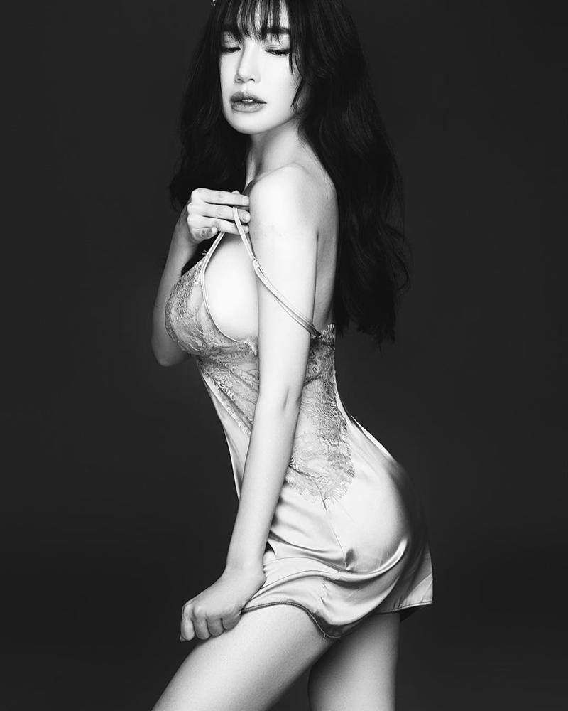 Elly Trần sexy hết nấc với kiểu pose dáng tụt áo hững hờ-8