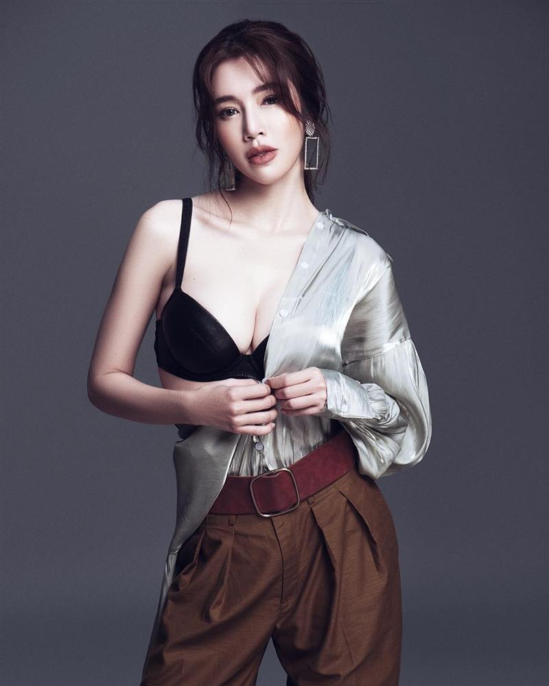 Elly Trần sexy hết nấc với kiểu pose dáng tụt áo hững hờ-9