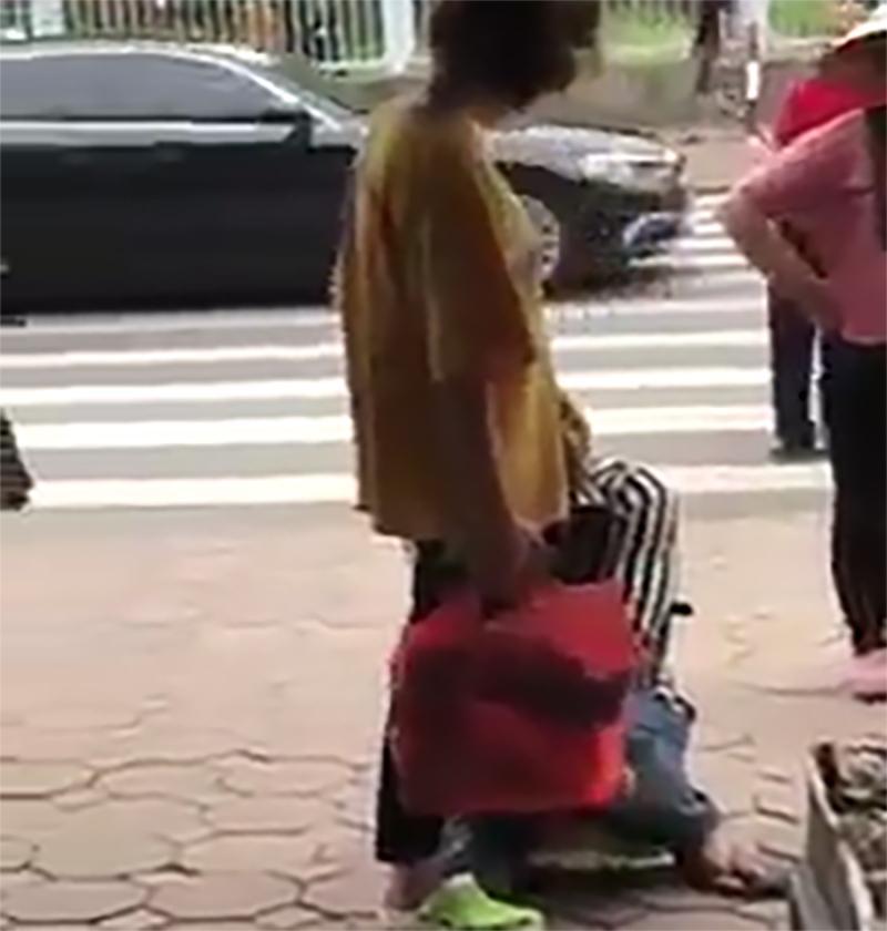 Bị bạn gái tát liên tiếp vào mặt, nam thanh niên vẫn ôm chân người yêu khóc lóc thảm thiết giữa phố-1