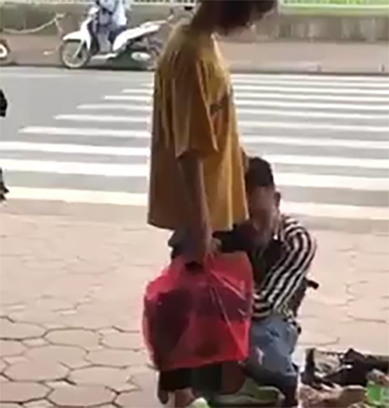 Bị bạn gái tát liên tiếp vào mặt, nam thanh niên vẫn ôm chân người yêu khóc lóc thảm thiết giữa phố-2