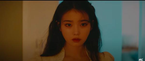 Xôn xao IU gợi nhớ hình ảnh của Sulli trong MV kết hợp cùng Suga (BTS), bài hát viết về người bạn thân đã mất?-2