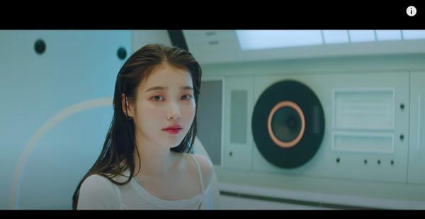Xôn xao IU gợi nhớ hình ảnh của Sulli trong MV kết hợp cùng Suga (BTS), bài hát viết về người bạn thân đã mất?-4