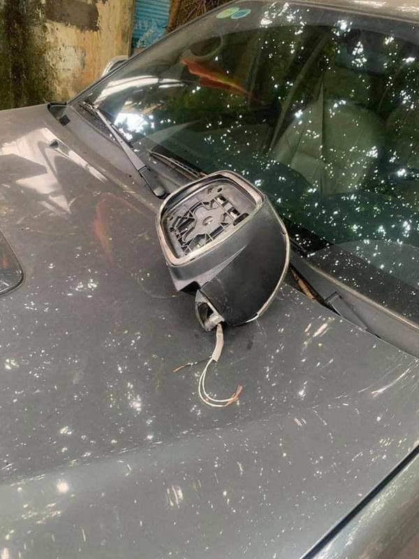 Đỗ xe bên đường, tài xế tức giận khi bị vặt gương, đọc mẩu giấy trên kính lại đỏ mặt xấu hổ-3
