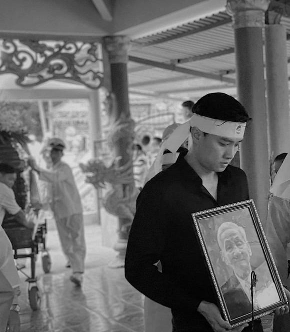 Hình ảnh Quốc Trường ôm di ảnh ông nội trong đám tang gây xúc động mạnh-1