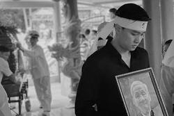 Hình ảnh Quốc Trường ôm di ảnh ông nội trong đám tang gây xúc động mạnh