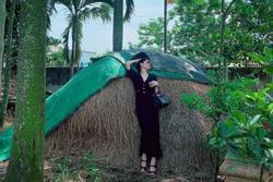 Lệ Quyên tạo dáng 'độc' với túi hiệu 1,8 tỷ bên đống rơm, ruộng lúa