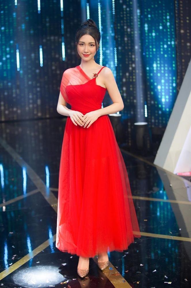 SAO MẶC ĐẸP: Nhã Phương - Hòa Minzy đánh bật một dàn mỹ nhân với trang phục sắc đỏ-3