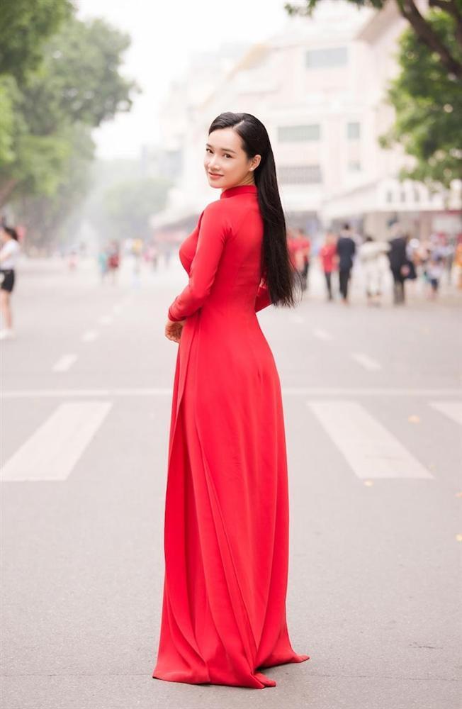 SAO MẶC ĐẸP: Nhã Phương - Hòa Minzy đánh bật một dàn mỹ nhân với trang phục sắc đỏ-2