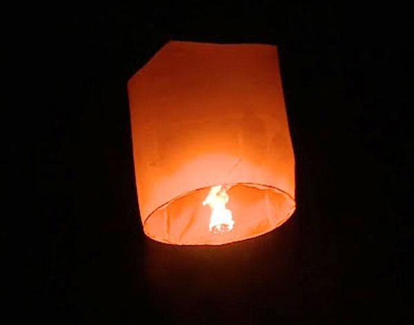 Clip: Xe máy biến thành ngọn đuốc, cháy đùng đùng khi bị đèn trời rơi trúng ở Bạc Liêu-2