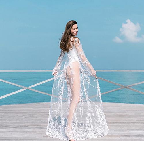 Học sao Việt phối bikini cùng áo choàng-2