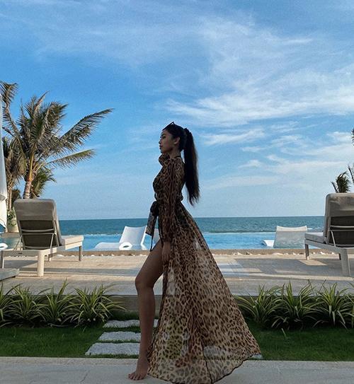 Học sao Việt phối bikini cùng áo choàng-3