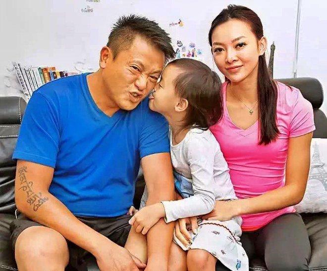 Tài tử bạc tình nhất TVB: Ruồng bỏ mối tình 9 năm, bị cắm sừng thành gà trống nuôi con-5
