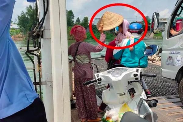 Đứng trên phà giữa trưa nóng nực, cô bán vé số cởi nón và có hành động bất ngờ khiến tất cả cảm phục-1