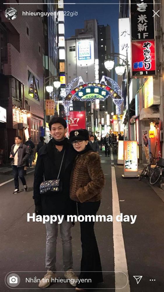 Tái xuất sau mùa dịch, em trai Tiên Nguyễn chiếm sóng khi có hành động ga lăng với mẹ ruột-1