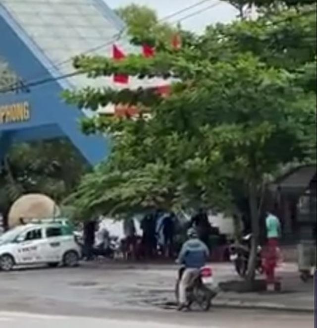 Clip: Cảnh sát nổ súng truy đuổi 2 nhóm thanh niên vác dao, kiếm đánh nhau trước cổng trường Đại học Hải Phong-1