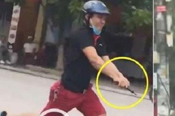 Clip: Cảnh sát nổ súng truy đuổi 2 nhóm thanh niên vác dao, kiếm đánh nhau trước cổng trường Đại học Hải Phong-3