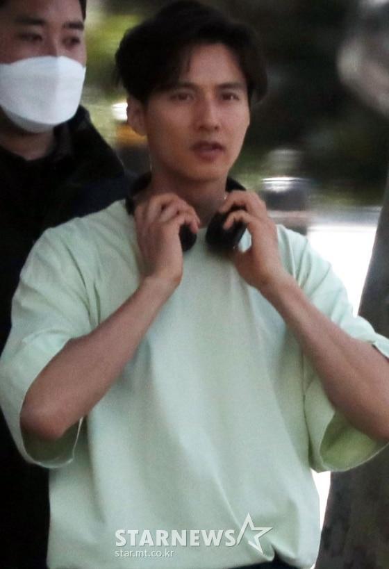 Ảnh chụp lén Won Bin (42 tuổi) trên phố khiến Knet điên đảo: Lee Na Young mất chồng như chơi!-2