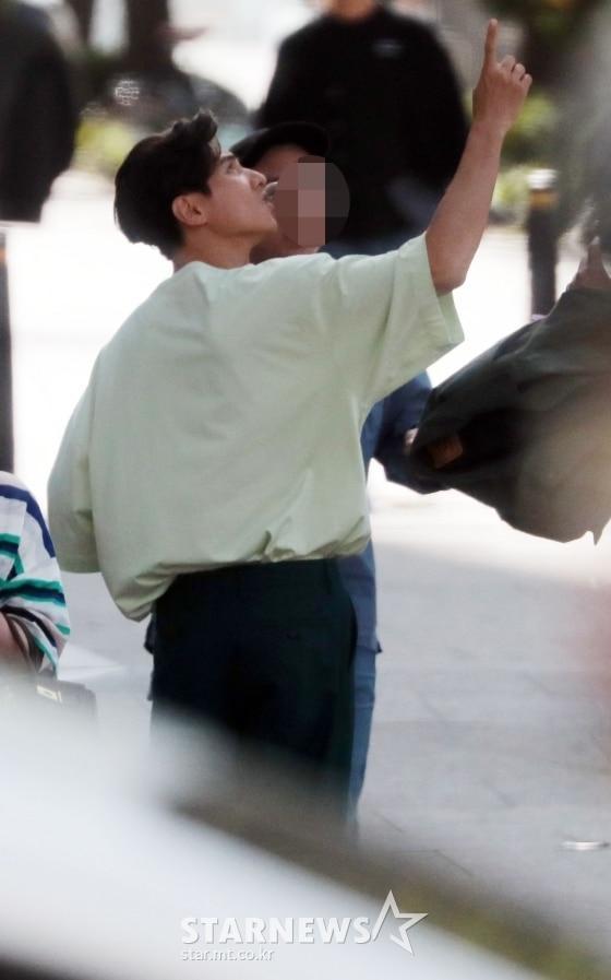 Ảnh chụp lén Won Bin (42 tuổi) trên phố khiến Knet điên đảo: Lee Na Young mất chồng như chơi!-3