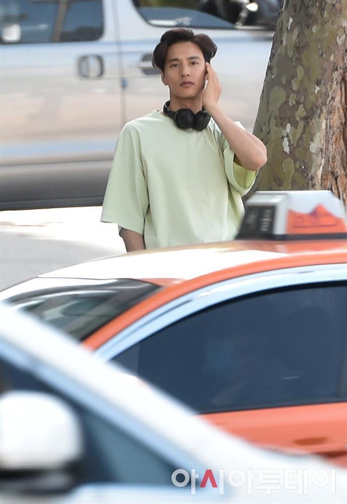 Ảnh chụp lén Won Bin (42 tuổi) trên phố khiến Knet điên đảo: Lee Na Young mất chồng như chơi!-4