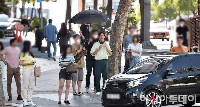 Ảnh chụp lén Won Bin (42 tuổi) trên phố khiến Knet điên đảo: Lee Na Young mất chồng như chơi!-5