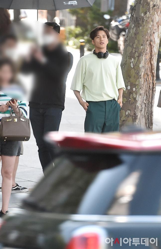 Ảnh chụp lén Won Bin (42 tuổi) trên phố khiến Knet điên đảo: Lee Na Young mất chồng như chơi!-6