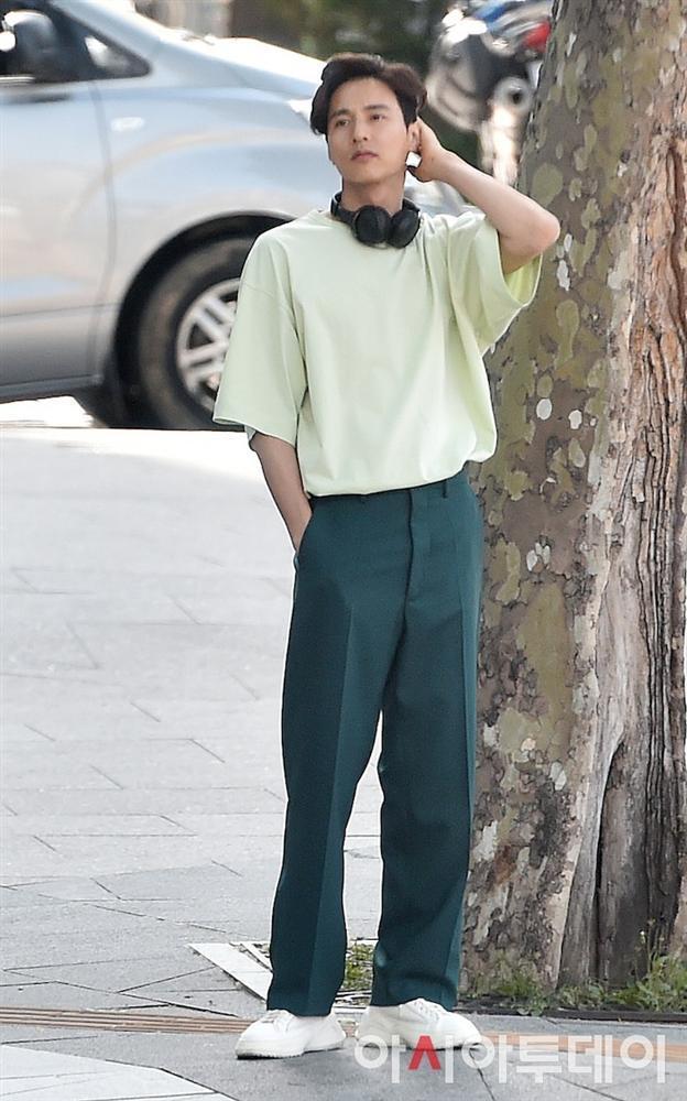 Ảnh chụp lén Won Bin (42 tuổi) trên phố khiến Knet điên đảo: Lee Na Young mất chồng như chơi!-8