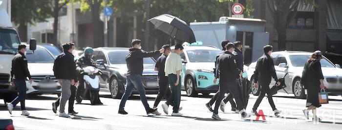 Ảnh chụp lén Won Bin (42 tuổi) trên phố khiến Knet điên đảo: Lee Na Young mất chồng như chơi!-11