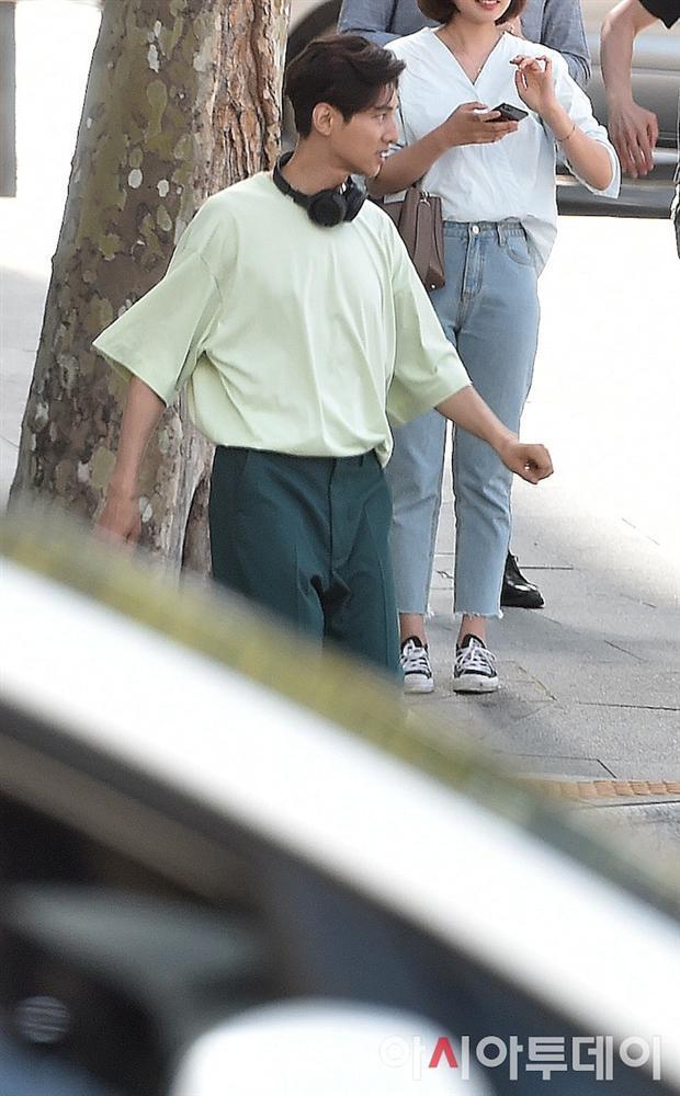 Ảnh chụp lén Won Bin (42 tuổi) trên phố khiến Knet điên đảo: Lee Na Young mất chồng như chơi!-12