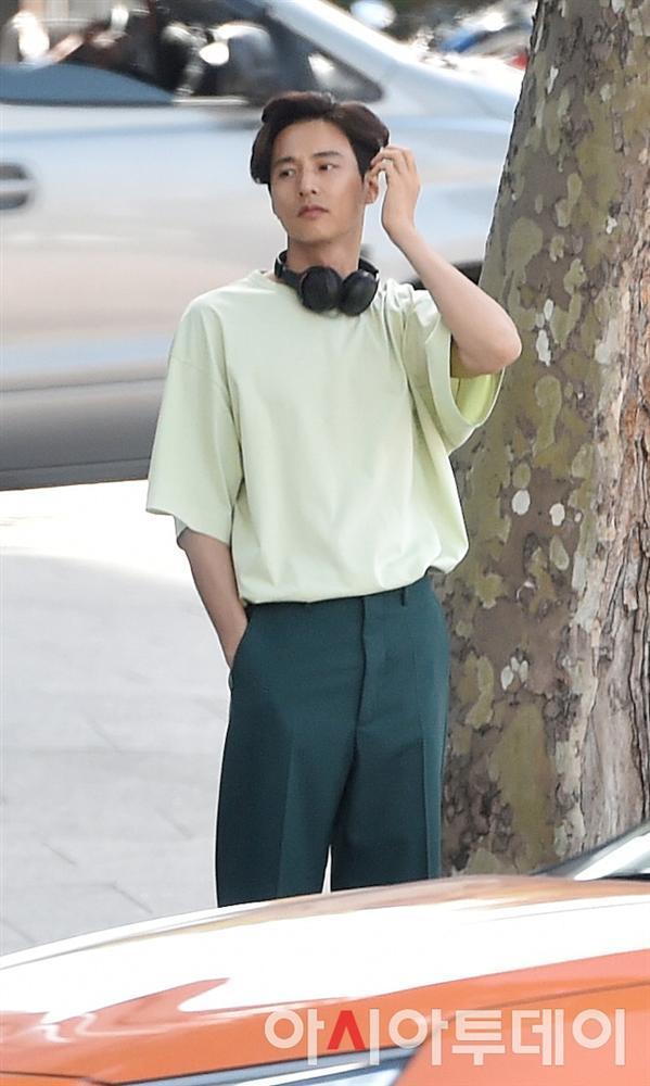Ảnh chụp lén Won Bin (42 tuổi) trên phố khiến Knet điên đảo: Lee Na Young mất chồng như chơi!-13
