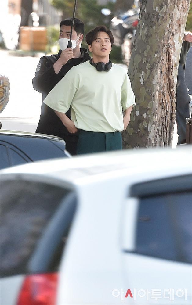 Ảnh chụp lén Won Bin (42 tuổi) trên phố khiến Knet điên đảo: Lee Na Young mất chồng như chơi!-14