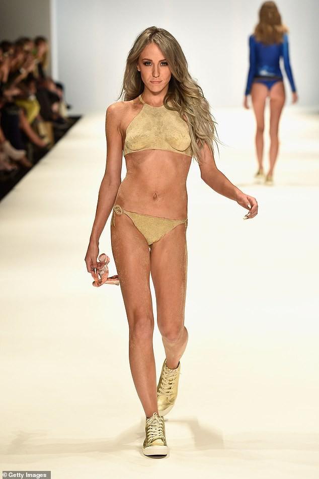 'Chân dài' 9x tung ảnh catwalk với bikini làm bằng... cát-1