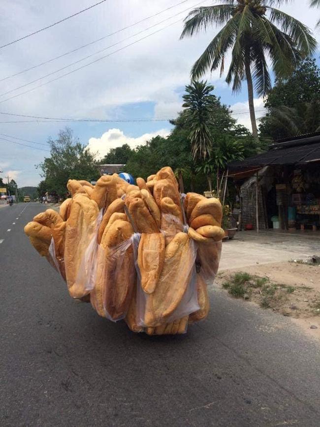 Chiếc bánh mỳ khổng lồ ở miền Tây từng khiến nhiều người tưởng photoshop, ít ai biết nó từng xếp hạng món ăn kỳ lạ nhất thế giới-1