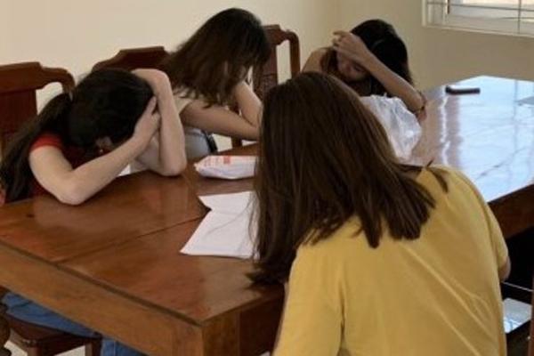 4 cô gái bán dâm trong nhà nghỉ-1