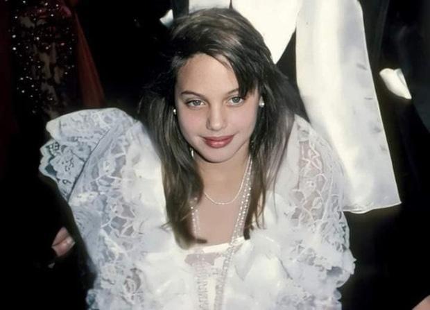 Loạt ảnh chứng minh Angelina Jolie là mỹ nhân từ bé-1