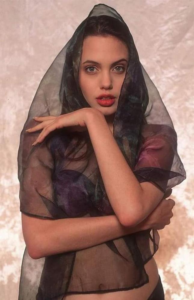 Loạt ảnh chứng minh Angelina Jolie là mỹ nhân từ bé-3