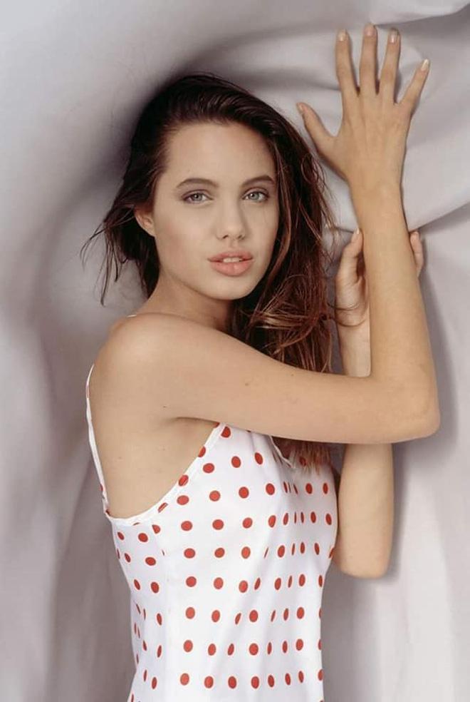 Loạt ảnh chứng minh Angelina Jolie là mỹ nhân từ bé-6