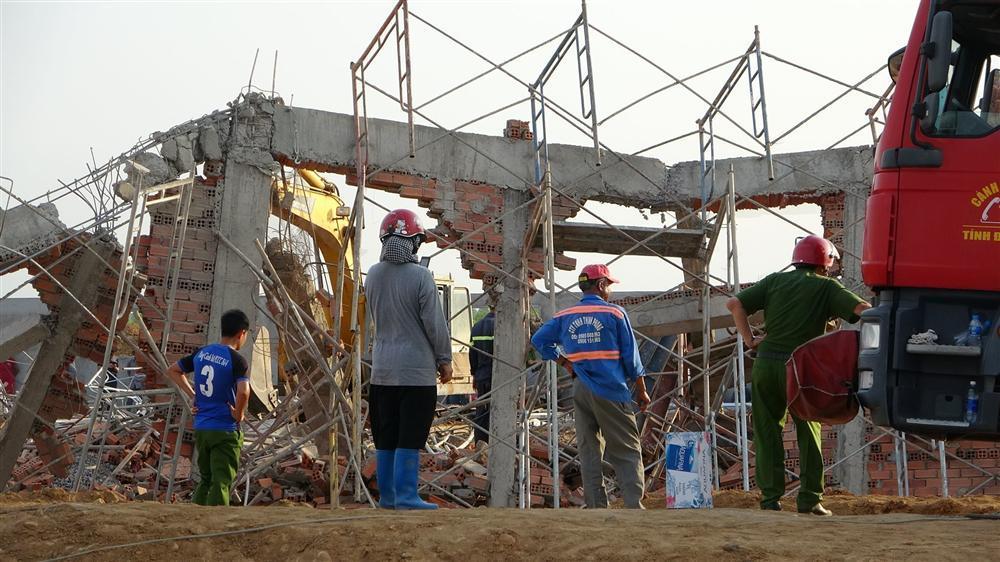 Hiện trường 100m tường công trình đổ sập vùi 10 người chết-12