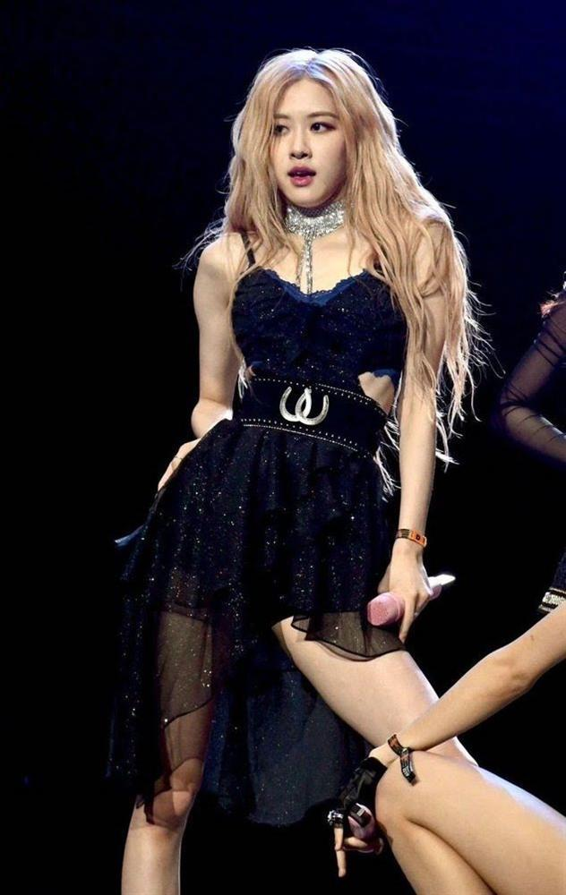 Rosé trông như nữ hoàng lộng lẫy khi diện váy áo đen bó sát-2