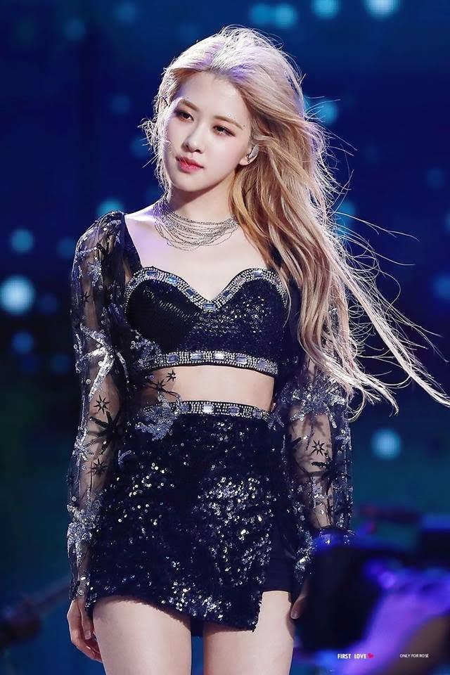 Rosé trông như nữ hoàng lộng lẫy khi diện váy áo đen bó sát-3