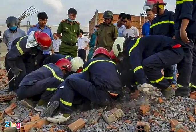 Clip khoảnh khắc kinh hoàng bức tường dài hàng trăm mét ở Đồng Nai sập xuống làm 10 người chết-2