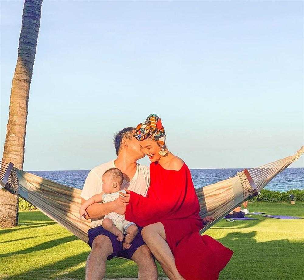 ẢNH ĐẸP NHẤT NGÀY: Chồng Lan Khuê hạnh phúc hôn vợ ôm con-1