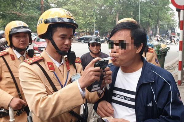 Người tham gia giao thông mắc lỗi gì thì được nộp tiền phạt trực tiếp cho Cảnh sát giao thông?-1