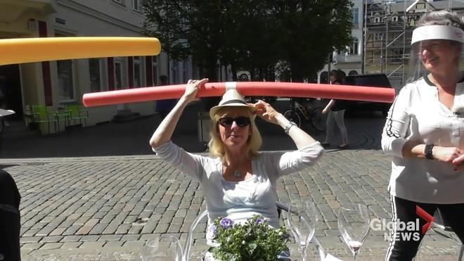 Quán cà phê ở Đức cho khách đội phao bơi xốp để giữ khoảng cách-3
