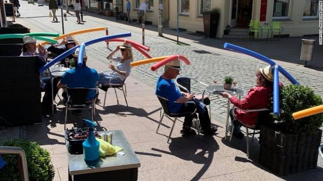 Quán cà phê ở Đức cho khách đội phao bơi xốp để giữ khoảng cách-1