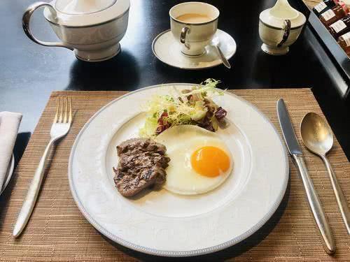 Vì sao ăn bít tết lại có trứng ốp tái bên cạnh, nhiều người bất ngờ khi biết sự thật-1